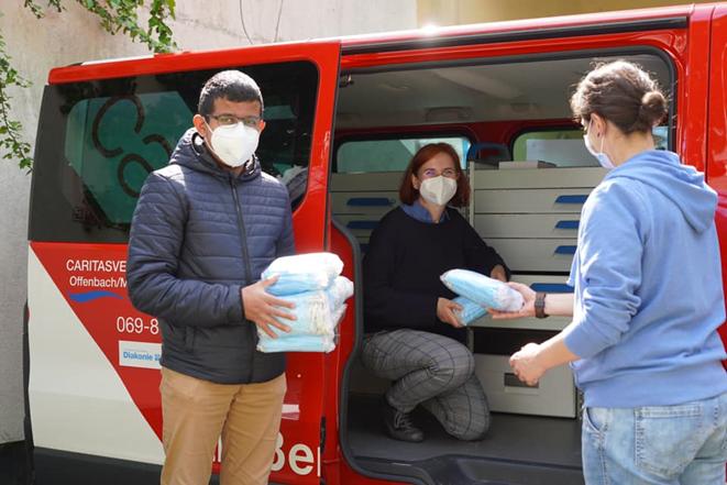 Übergabe von 600 Masken an die Caritas Straßenambulanz